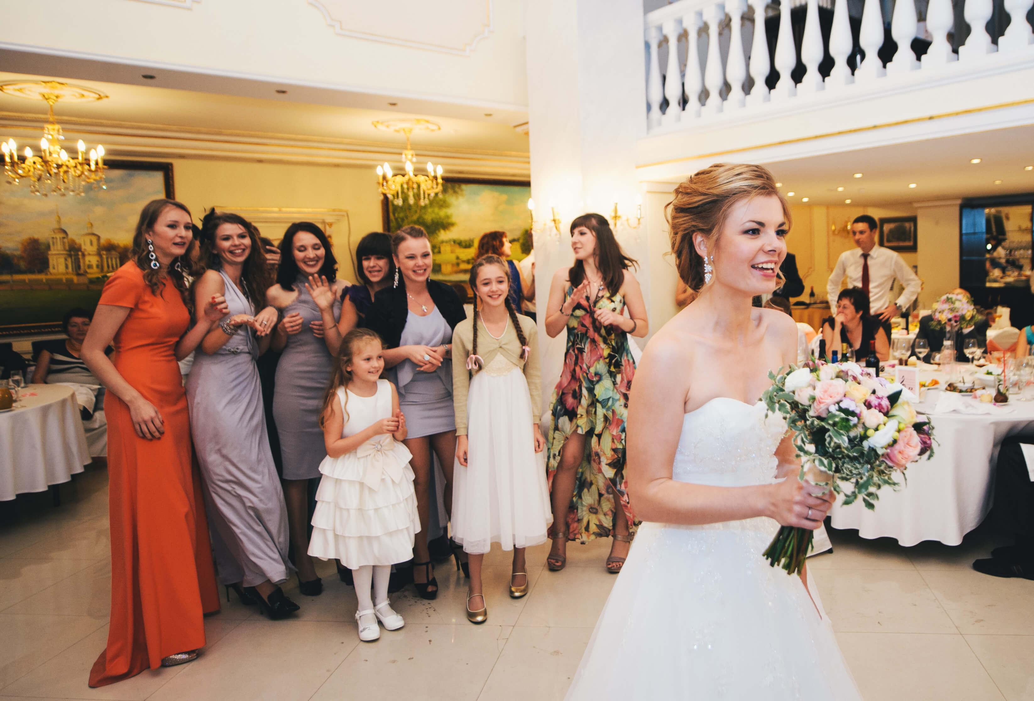 невеста бросает букет фото рос спортивным ребенком